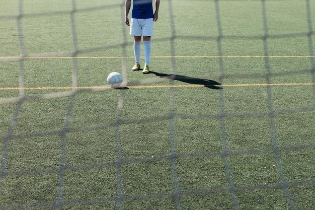 Giocatore di football dietro rete