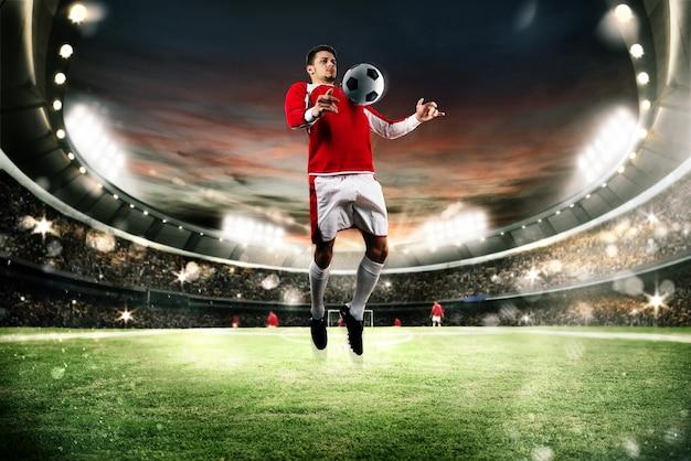 Футболист парирует мяч в поле стадиона