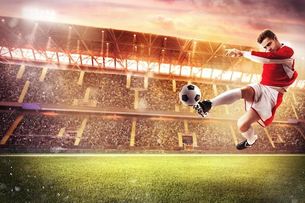 Футболист играет на стадионе со зрителями