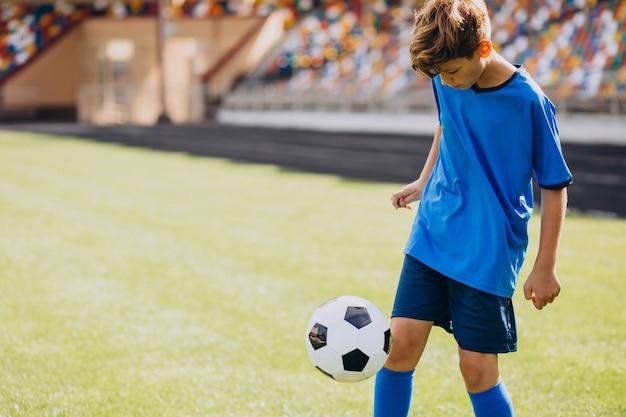 フィールドで遊ぶサッカー選手
