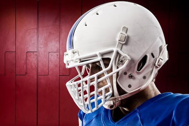 Футболист в синей форме на шкафчике