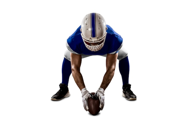 白い壁のスクリメージラインに青いユニフォームを着たサッカー選手