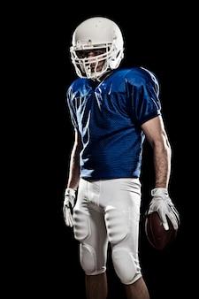 青いユニフォームの数字と手にボールを持つフットボール選手。