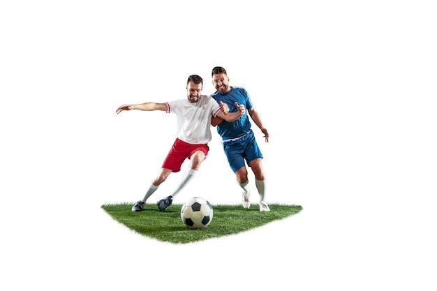 Футболисты на белом фоне. профессиональные футболисты в движении, изолированные на фоне студии. подходят бойцов в действии, движении