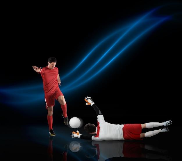 ボールに取り組むサッカー選手