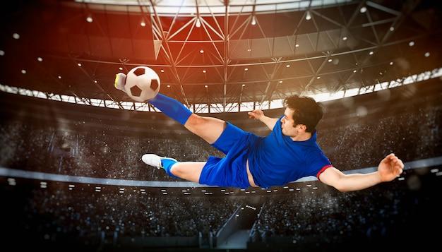 Футбольная сцена в ночном матче с игроком, отбивающим мяч с силой