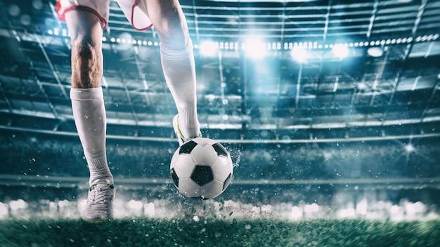 Футбольная сцена в ночном матче с игроком, готовым бросить мяч