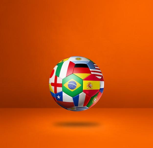 Футбольный футбольный мяч с национальными флагами, изолированных на оранжевом фоне студии.