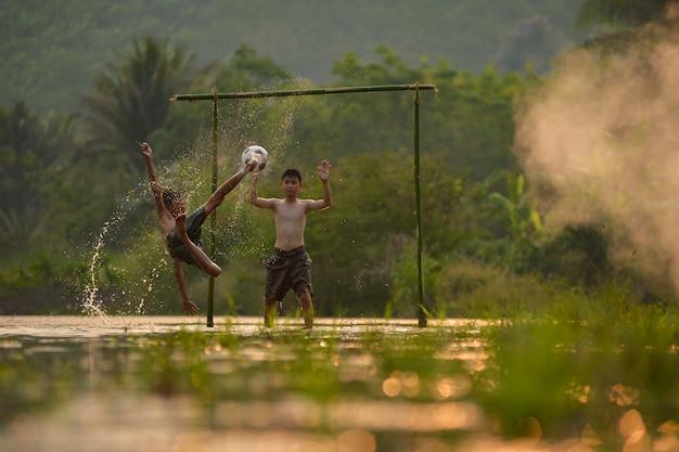 サッカー、サッカーの試合。ゴールを狙う選手。子供のサッカー。