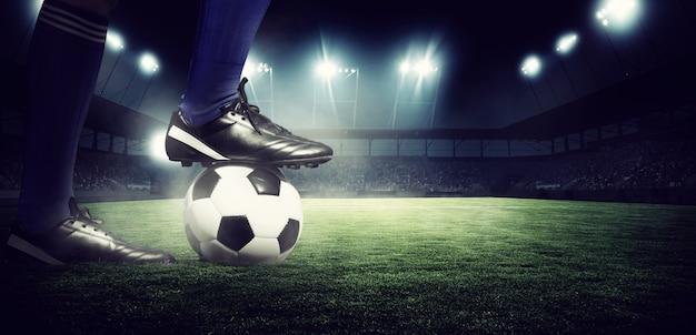 Футбольный стадион, блестящие огни, вид с поля. концепция футбола