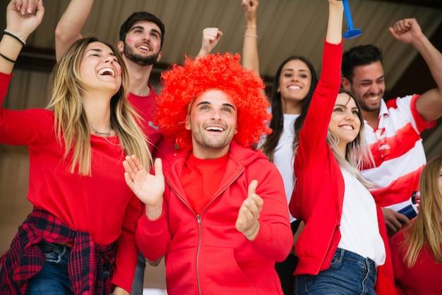 Футбольные болельщики на стадионе