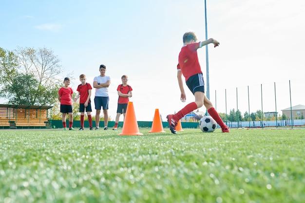 フィールドでのサッカーチームのトレーニング