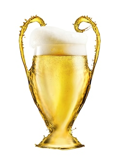 흰색 배경에 고립 된 맥주로 만든 축구 노란색 컵. uefa 챔피언스 리그의 상징 또는 상징으로서의 컵