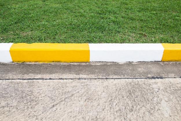 Тропинка и дорожный знак на дороге в промышленной зоне