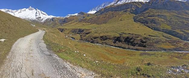 Тропа, пересекающая альпийскую гору с ледником