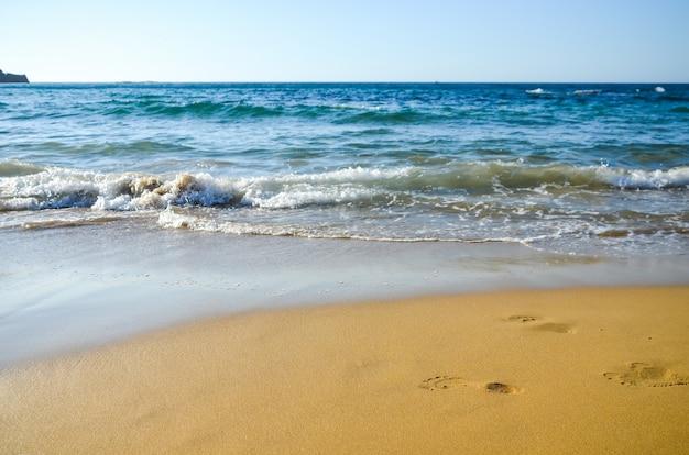 모래에 발자국. 말 리아의 해변 (그리스, 크레타)