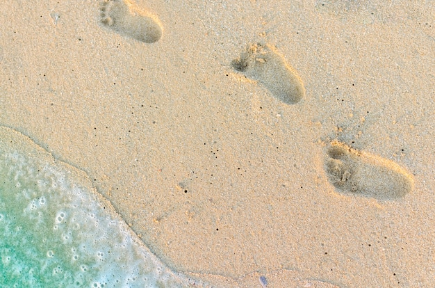 Следы ребенка на песке