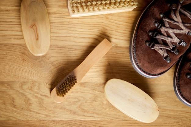 Обувь с щетками на деревянном полу