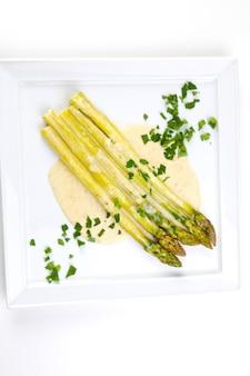 건강한 식생활을 위한 계절 샐러드 그린 아스파라거스 양파 김과 후추 오일 드레싱 탑 뷰