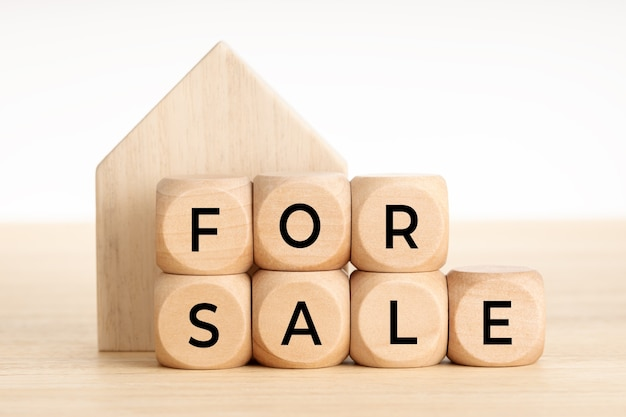 販売コンセプト。不動産市場。テキストと家のアイコンと木製のブロック。スペースをコピーします。