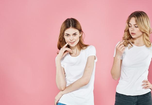 Для женщины в белых футболках обрезанный вид розовой подруги