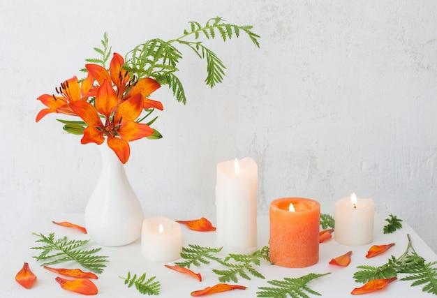 Forange 꽃과 흰색 배경에 촛불