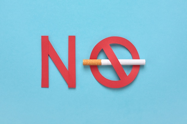 Запрещенный знак с сигаретой и красным текстом, значок не курить.