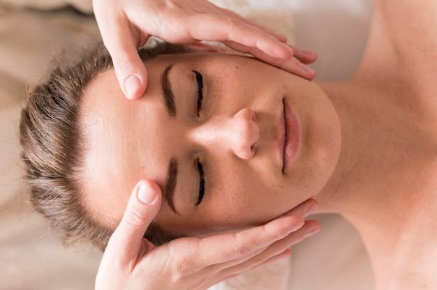 Concetto di massaggio frontale