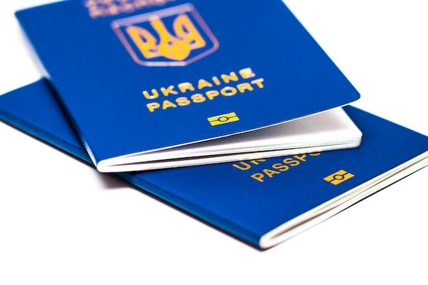Загранпаспорт украины на белом фоне. украинский путешественник. украинский мигрант. безвизовый режим для украины