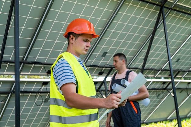 포먼과 엔지니어는 태양 전지판의 복원 및 검사 작업을 합니다. 대체 재생 가능한 녹색 에너지의 개념