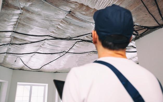 포먼 빌더는 집의 개조 과정을 확인하고 검사합니다.