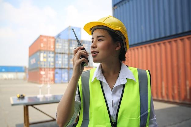 Бригадир контролирует логистику и транспортировку грузовых ящиков