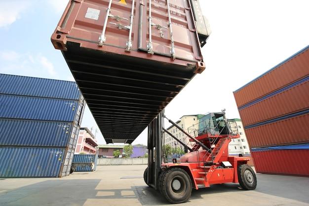수입 수출을 위해화물 화물선에서 컨테이너 상자를 적재하는 포먼 제어. 컨테이너 창고 노동자.