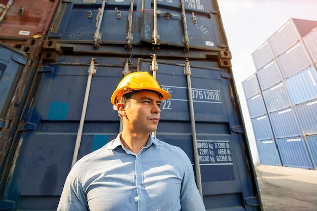 수입 수출을 위해화물 화물선에서 컨테이너 상자를 적재하는 포먼 제어.