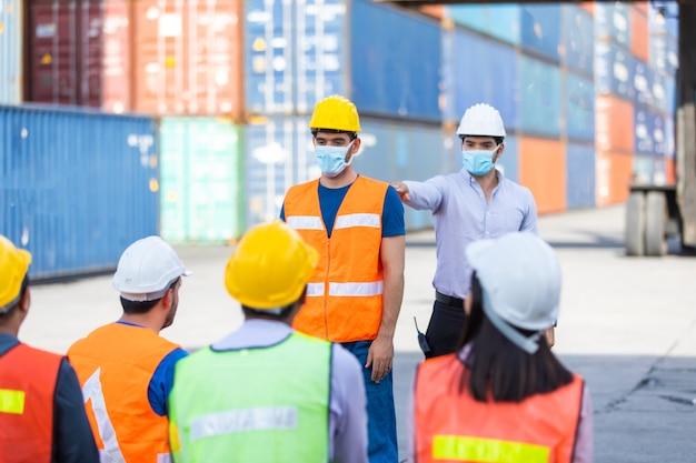 Форман учит и обучает рабочих носить маски для лица и заботиться о себе во время распространения коронавируса.