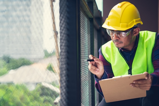 Foreman officer inspector defect about engineer & architect work home building