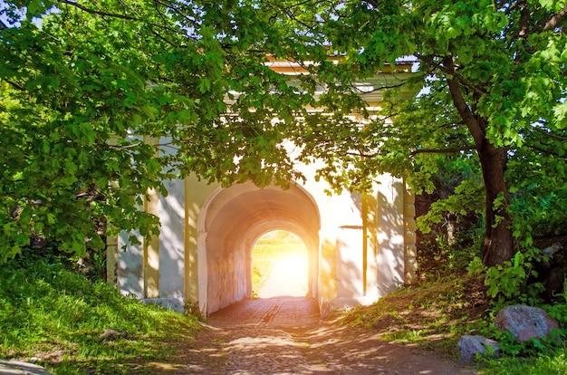숲과 돌 아치 출구 빛. 터널 끝의 빛.