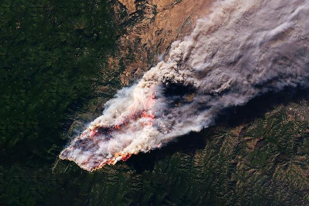 우주에서 온 산불. 이 이미지의 요소는 nasa에서 제공했습니다. 고품질 사진