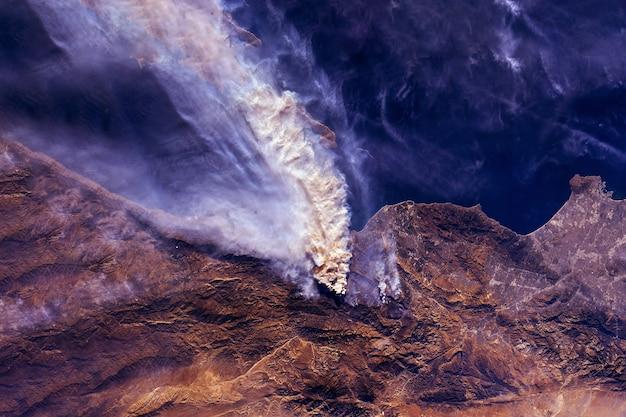 이 이미지의 우주 요소에서 나온 산불은 nasa에서 제공했습니다.