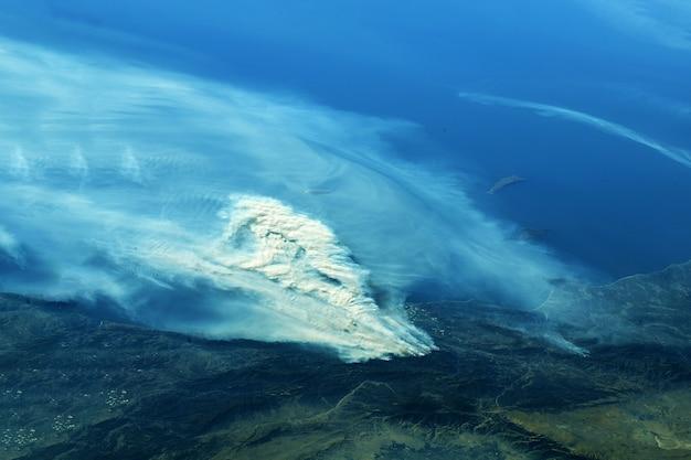 우주에서 산불. 이 이미지의 요소는 nasa에서 제공했습니다. 고품질 사진
