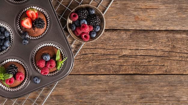 Cupcakes alla frutta di bosco copia spazio