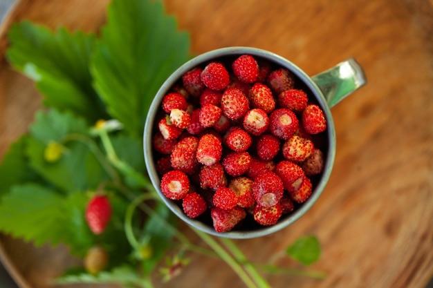 나무 쟁반 평면도에 금속 컵에 숲 딸기