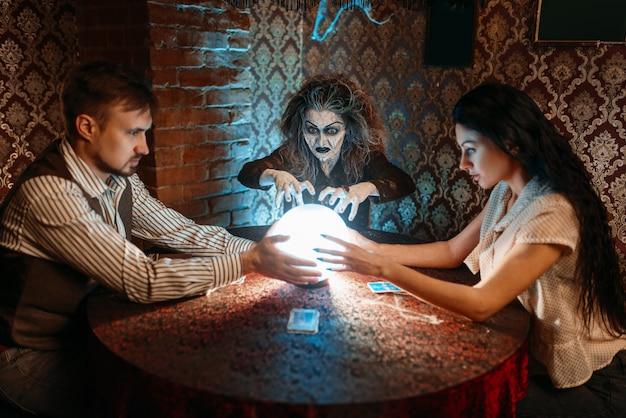 フォレテラーは水晶玉の上に精霊を呼びます