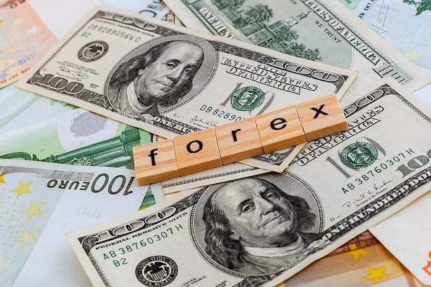 私たちのドルとユーロ紙幣のテクスチャの木製の立方体の外国為替の碑文