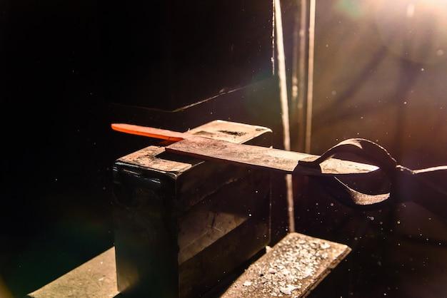 溶湯の鍛造ナイフ作り。