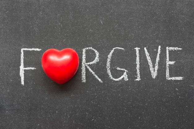 O 대신 심장 기호가 있는 칠판에 손으로 쓴 단어를 용서하세요