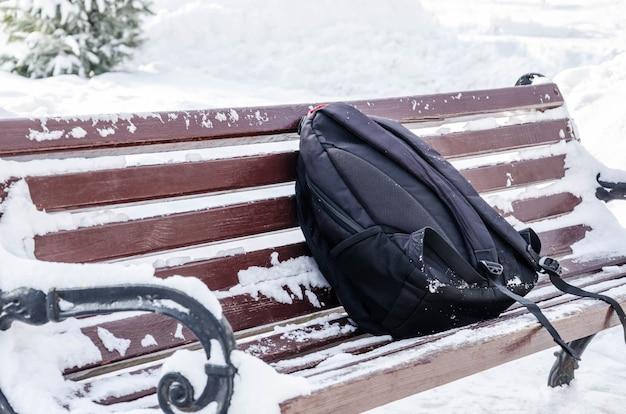 Забытый рюкзак на скамейке в парке