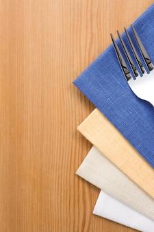나무 테이블에 냅킨에기구로 포크와 나이프