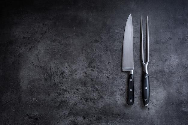 フォークとナイフ。コンクリート板のフォークとナイフ。