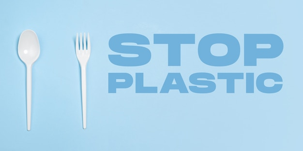 フォークとスプーン。環境にやさしい生活-有機類似体に置き換えることができるポリマー、プラスチックのもの。ホームスタイルで、環境や健康に害を及ぼさないリサイクル用の天然物を選択してください。